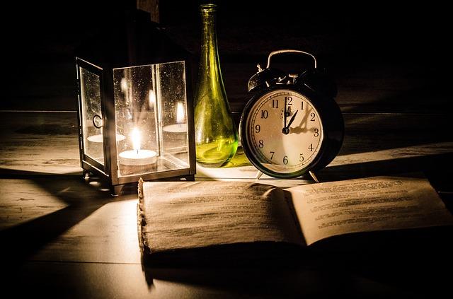 kniha svíčka hodiny