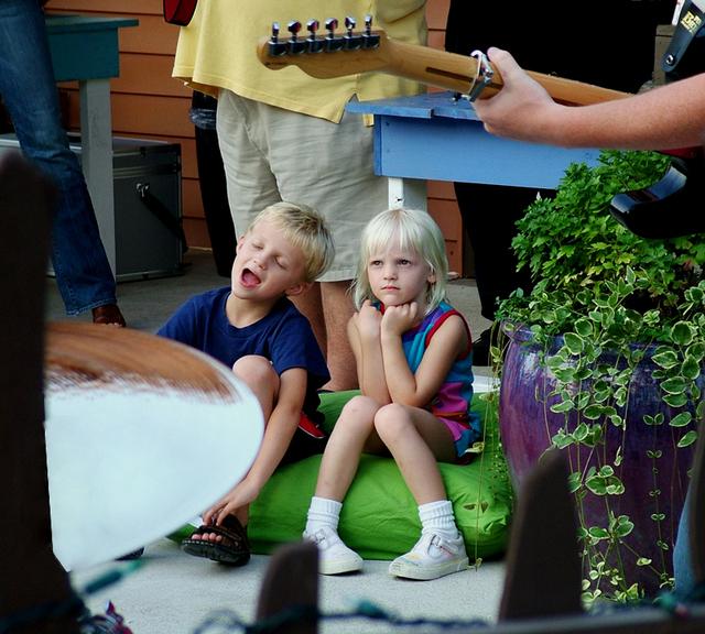 děti poslouchající hudbu na oslavě